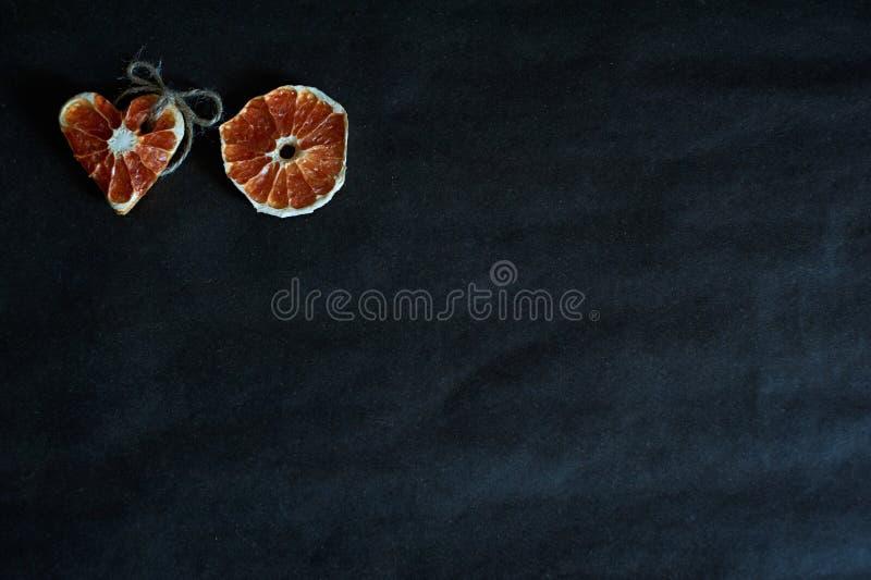 Amor anaranjado en fondo negro foto de archivo