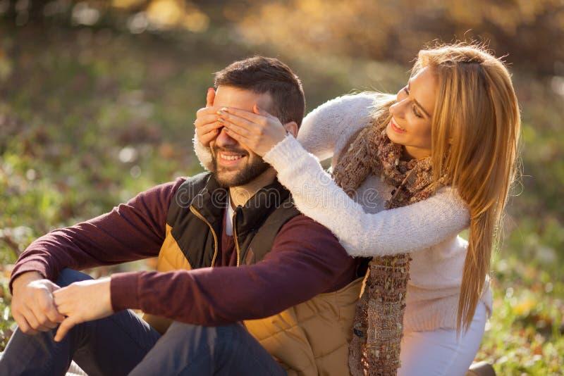 Amor apasionado en el parque del otoño Un par joven fotografía de archivo