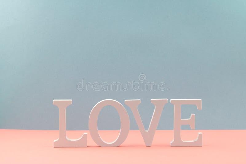 Amor coloreado de la palabra de letras blancas de madera fotografía de archivo