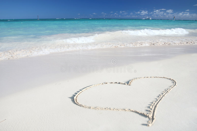 Amor: Corazón en la playa de la arena, océano tropical imagen de archivo libre de regalías