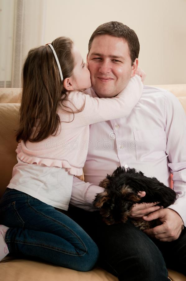 Amor - criança que beija o pai fotografia de stock