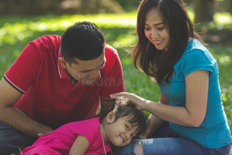 Amor da família, retrato exterior foto de stock