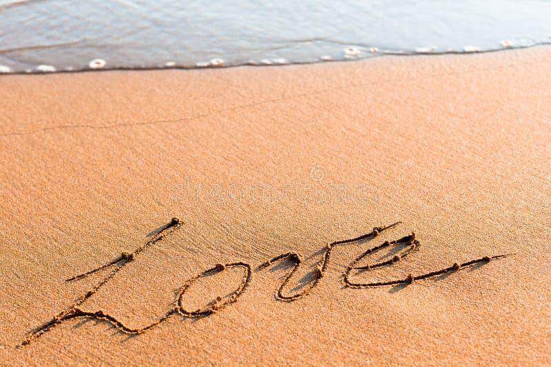 AMOR da palavra na areia fotografia de stock royalty free