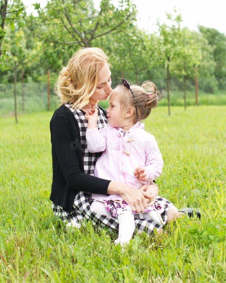 Amor de la madre y de la hija del campo fotografía de archivo