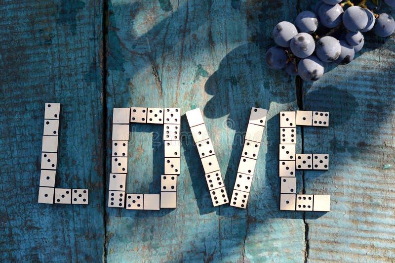 ¿Amor de la palabra?? de dominós de madera foto de archivo libre de regalías