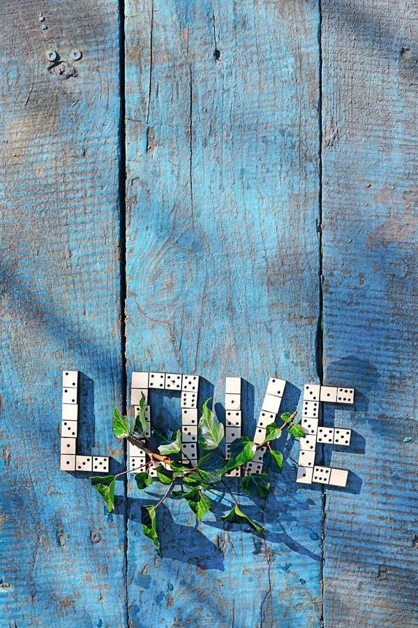 ¿Amor de la palabra?? de dominós de madera imagenes de archivo