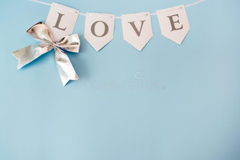 Amor de la palabra en el fondo azul en colores pastel, visi?n superior con el espacio de la copia D?a de San Valent?n o concepto  foto de archivo libre de regalías
