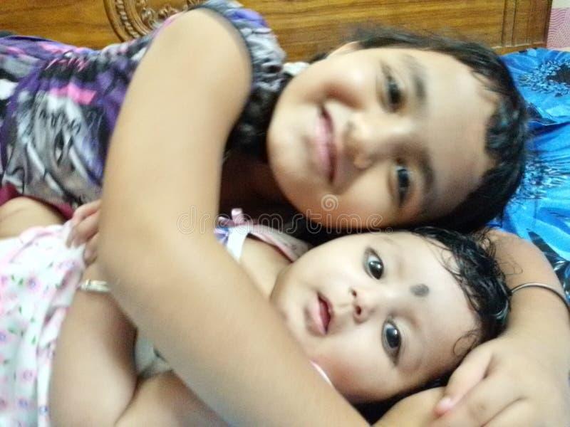 Amor de las hermanas fotografía de archivo libre de regalías