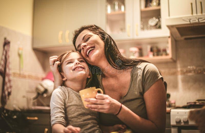 Amor de las madres y de las hijas Cierre para arriba fotos de archivo