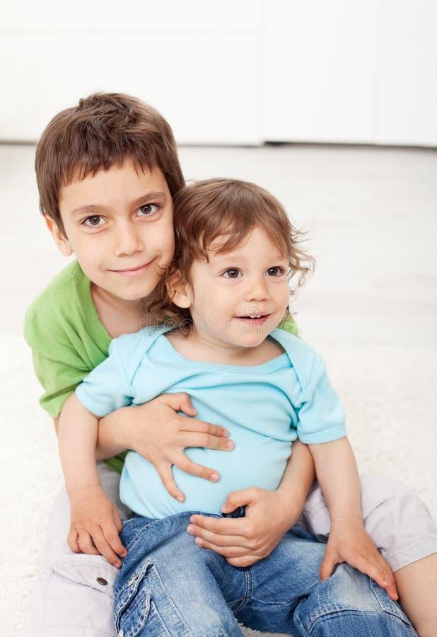 Amor de los hermanos - el sentarse joven de los muchachos fotografía de archivo libre de regalías