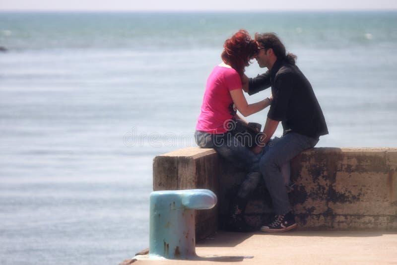Amor de los pares, al aire libre (‹del †del ‹del †del mar en el puerto) imagen de archivo libre de regalías