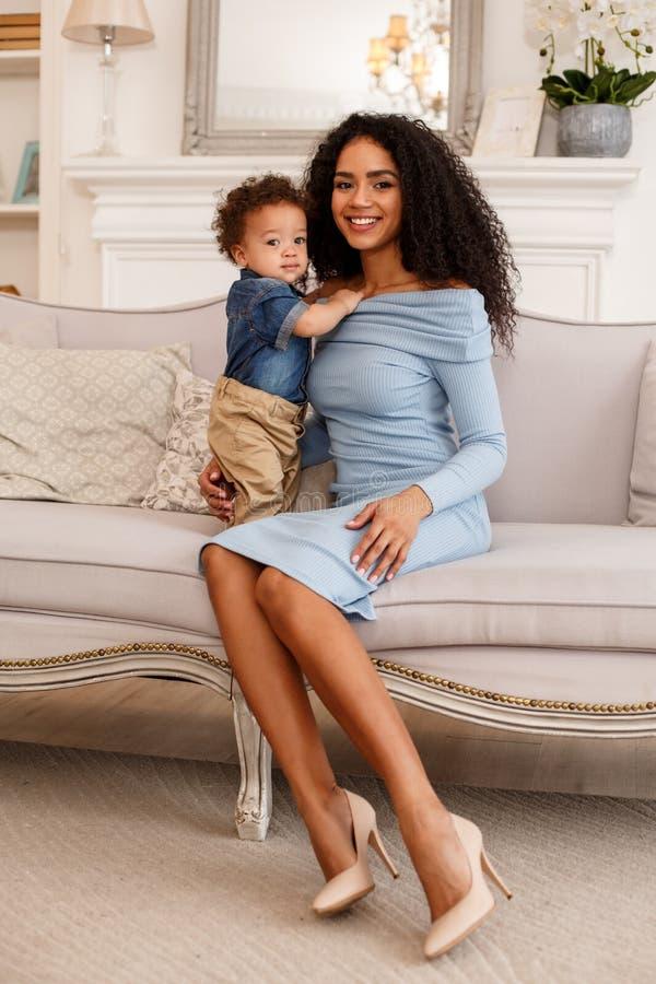 Amor de una madre y de un bebé Familia en el país lifestyle imagen de archivo