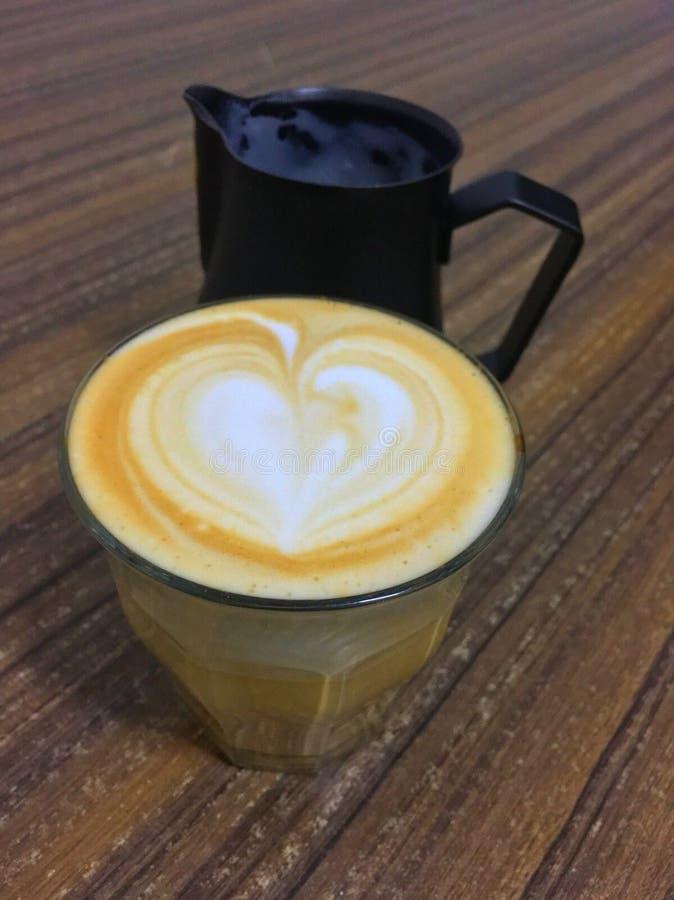 Amor del arte del Latte con el jarro de leche imagenes de archivo