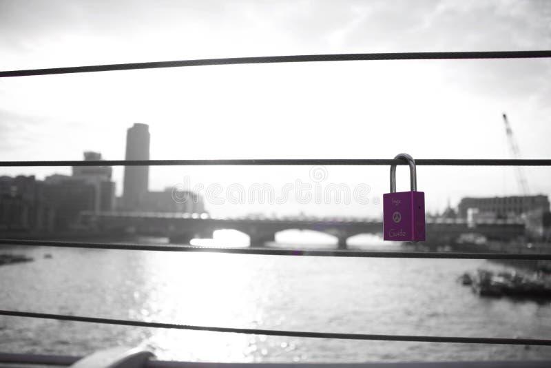 Amor del romance del puente de la cerradura del amor fotos de archivo libres de regalías