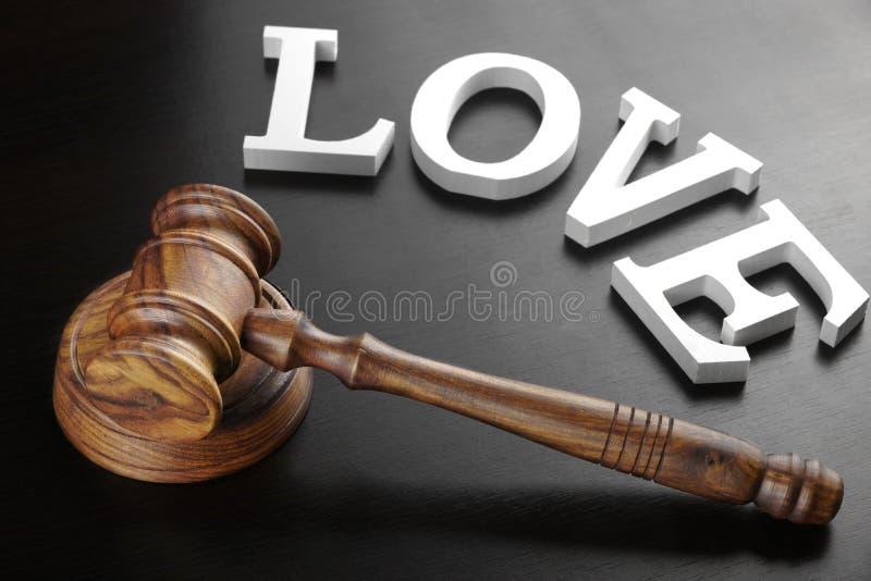 Amor do martelo e do sinal dos juizes no fundo de madeira preto fotos de stock
