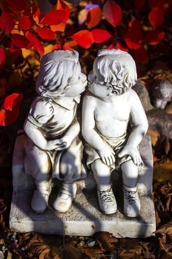 Amor do Valentim, beijando a estátua e as folhas do vermelho imagens de stock
