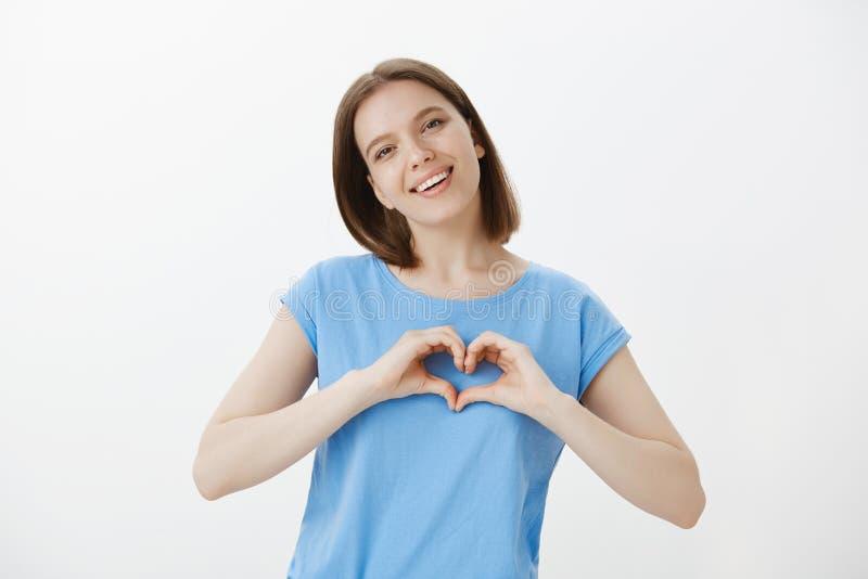 Amor e amiga macia que expressam a paixão e o humor romântico ao noivo Mulher europeia feliz de Positie com feira foto de stock royalty free