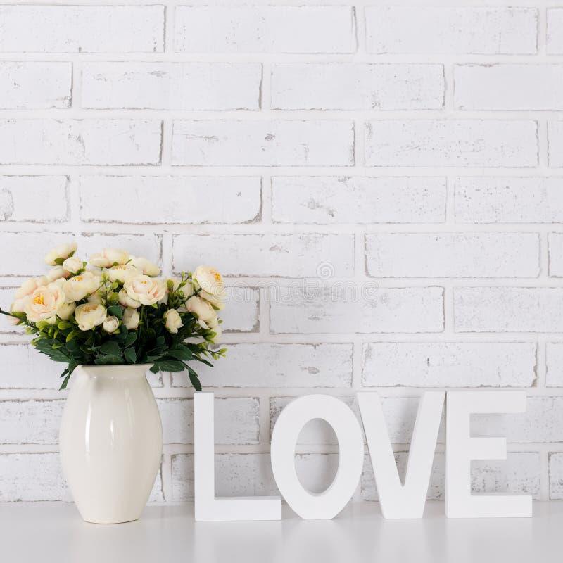 Amor e conceito do dia do ` s do Valentim - letras de madeira que formam a palavra L imagens de stock