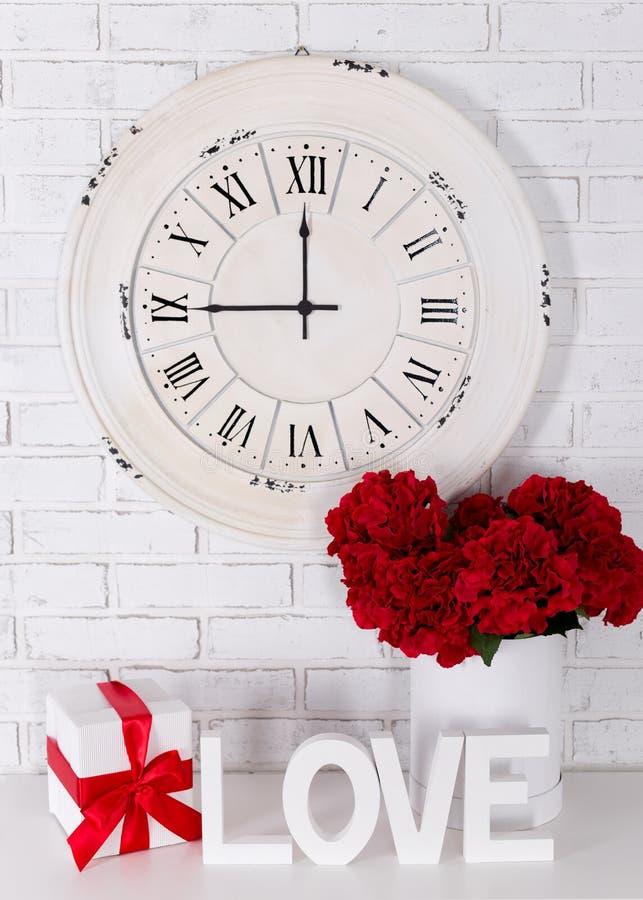 Amor e conceito do dia do ` s do Valentim - letras de madeira que formam a palavra L imagem de stock royalty free