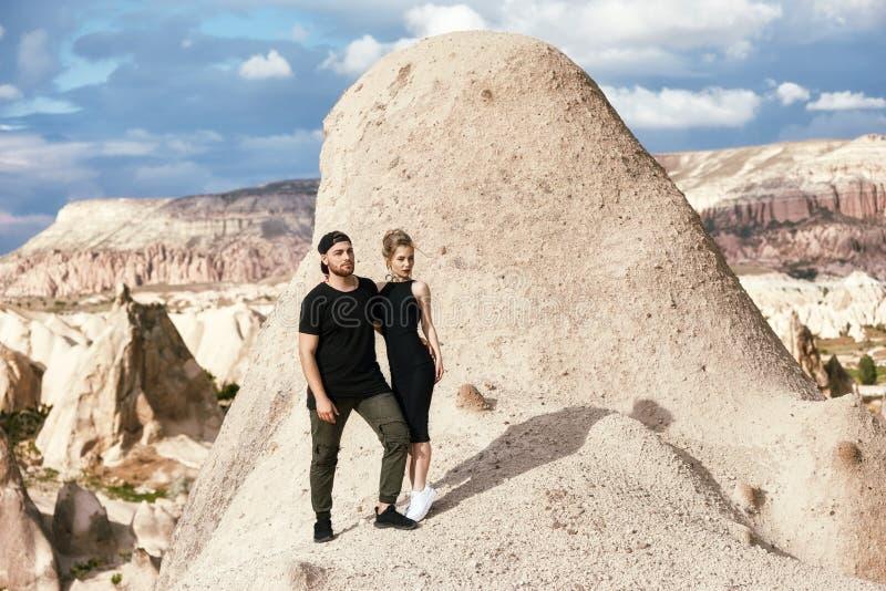 Amor e emoções que amam os pares que descansam em Turquia No amor o par oriental nas montanhas de Cappadocia abraça e beijos Clos foto de stock royalty free