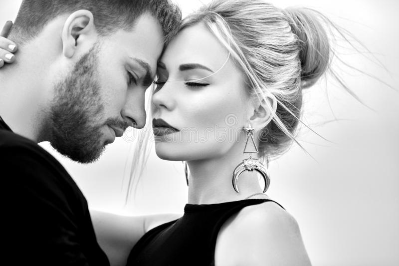 Amor e emoções que amam os pares que descansam em Turquia No amor o par oriental nas montanhas de Cappadocia abraça e beijos Clos imagens de stock