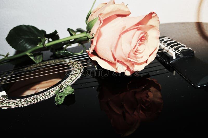 Amor e guitarra imagens de stock