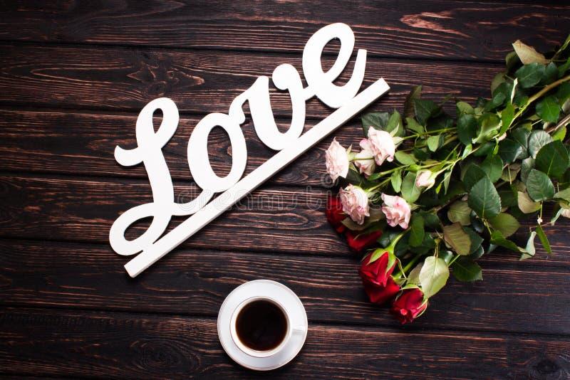 Amor e rosas da inscrição na madeira fotografia de stock royalty free