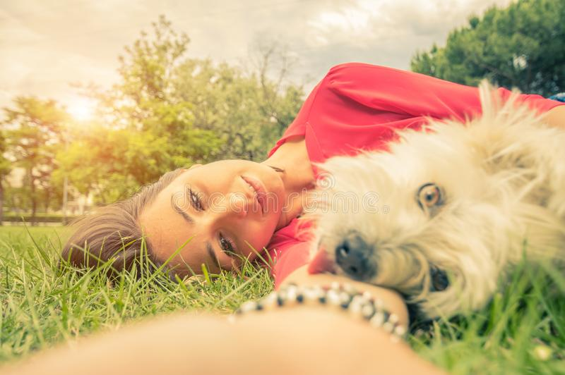 Amor entre o ser humano e o cão foto de stock royalty free