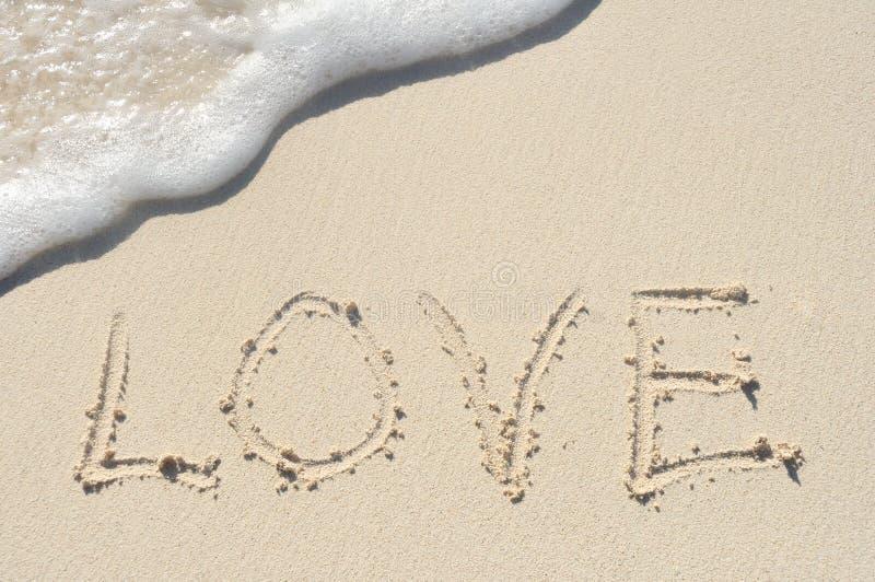 La Palabra Te Amo Escrito En La Arena: Amor Escrito En Arena En La Playa Imagen De Archivo