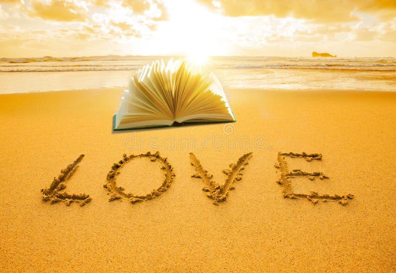 Amor escrito en arena foto de archivo