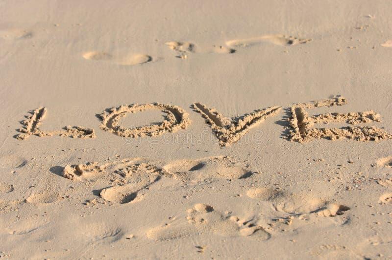 Amor Escrito En Arena: Amor Escrito En La Playa Asoleada Imagen De Archivo