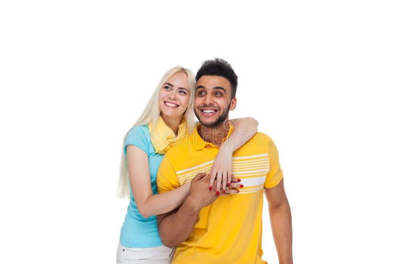 Amor feliz joven hermoso de los pares que sonríe abrazando la mirada para arriba para copiar el espacio, sonrisa hispánica de la  fotos de archivo libres de regalías