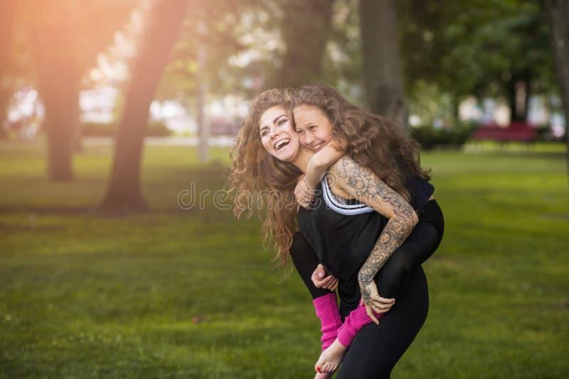 Amor maternal Para siempre joven y feliz fotos de archivo