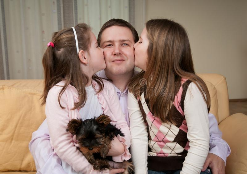 Amor - niños que besan al padre foto de archivo