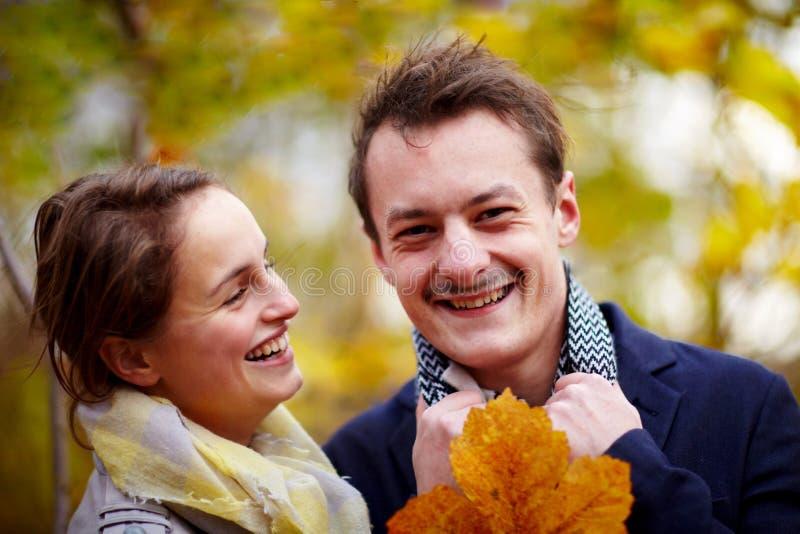 Amor - par joven feliz que sonríe en usted foto de archivo libre de regalías