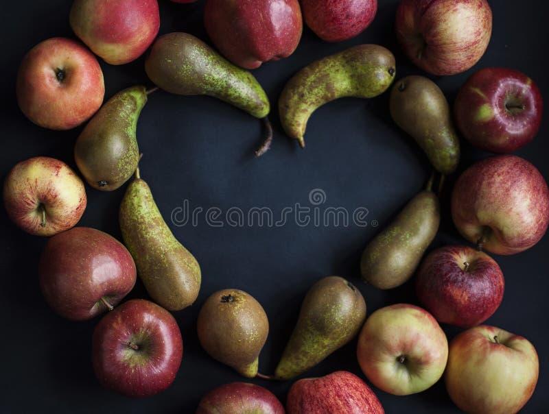 Amor, peras y manzanas fotografía de archivo libre de regalías