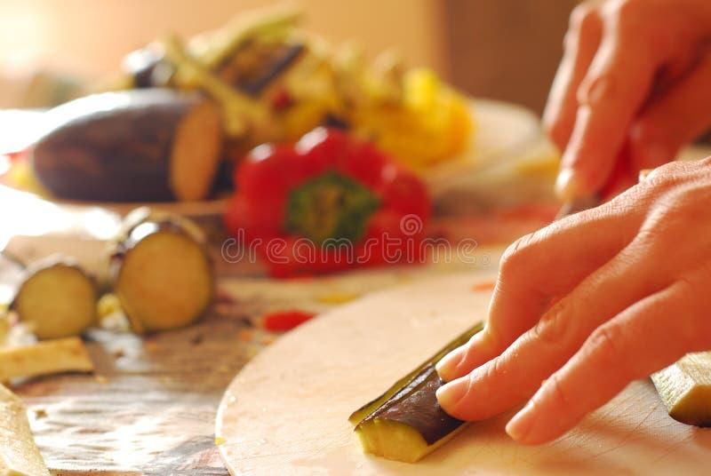 Amor que ajuda o na cozinha imagens de stock royalty free