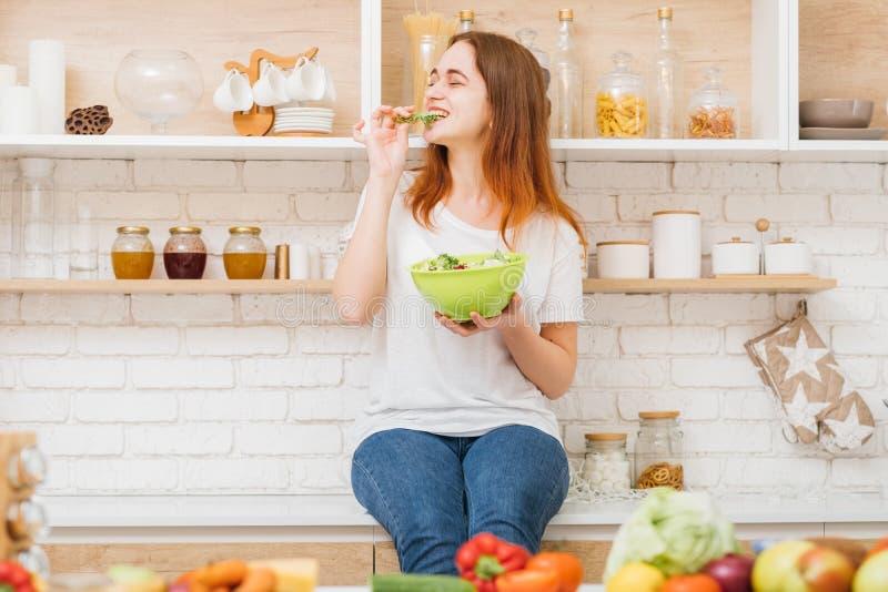 Amor que cozinha a salada fêmea bonito do estilo de vida do passatempo imagem de stock