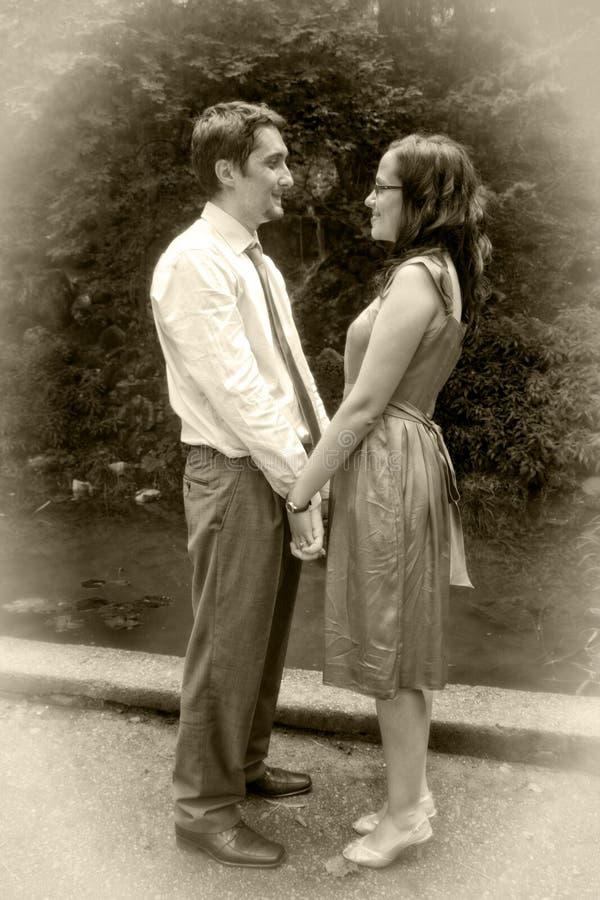 Amor retro do vintage - dois amantes que prendem as mãos fotos de stock