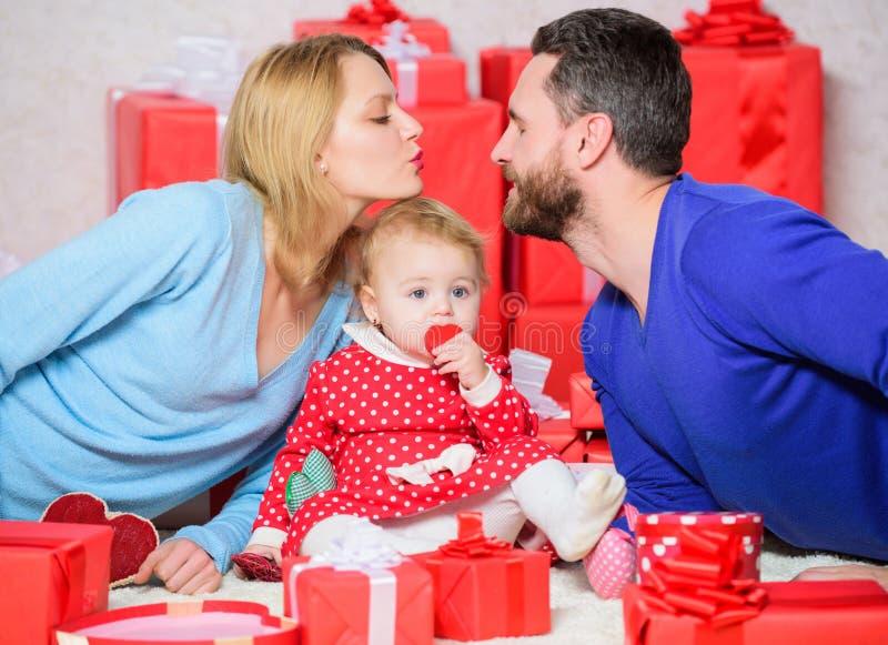 Amor sem fim Compras Boxing Day Família feliz com a caixa atual Amor e confiança na família Homem e mulher barbudos com imagens de stock royalty free