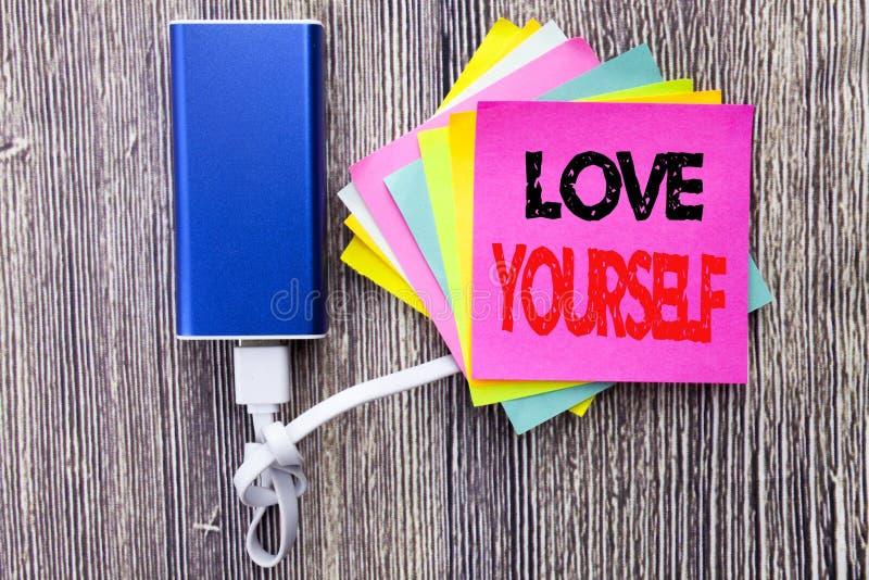 Amor usted mismo Concepto del negocio para el lema positivo para usted escrito en nota pegajosa con el espacio de la copia en el  imágenes de archivo libres de regalías