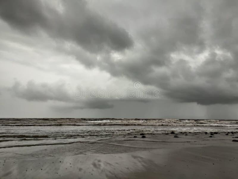 Amor verdadeiro é amor com oceanos e nuvem foto de stock