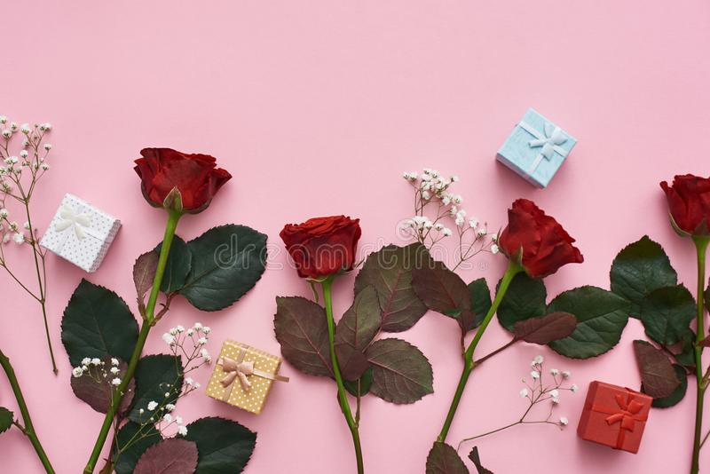 Amor verdadeiro Mostre seus seus sentimentos com rosas vermelhas, as caixas de presente bonitos e as flores selvagens macias imagens de stock royalty free