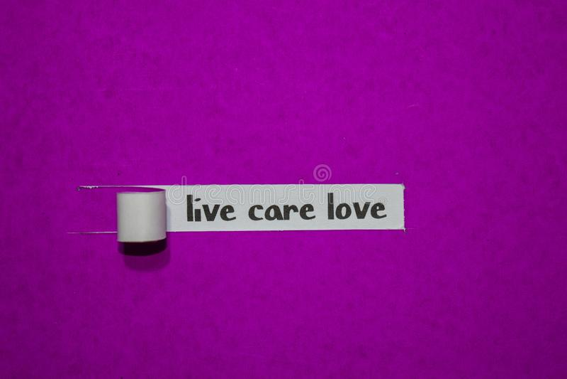 Amor vivo do cuidado, conceito da inspiração, da motivação e do negócio no papel rasgado roxo fotografia de stock