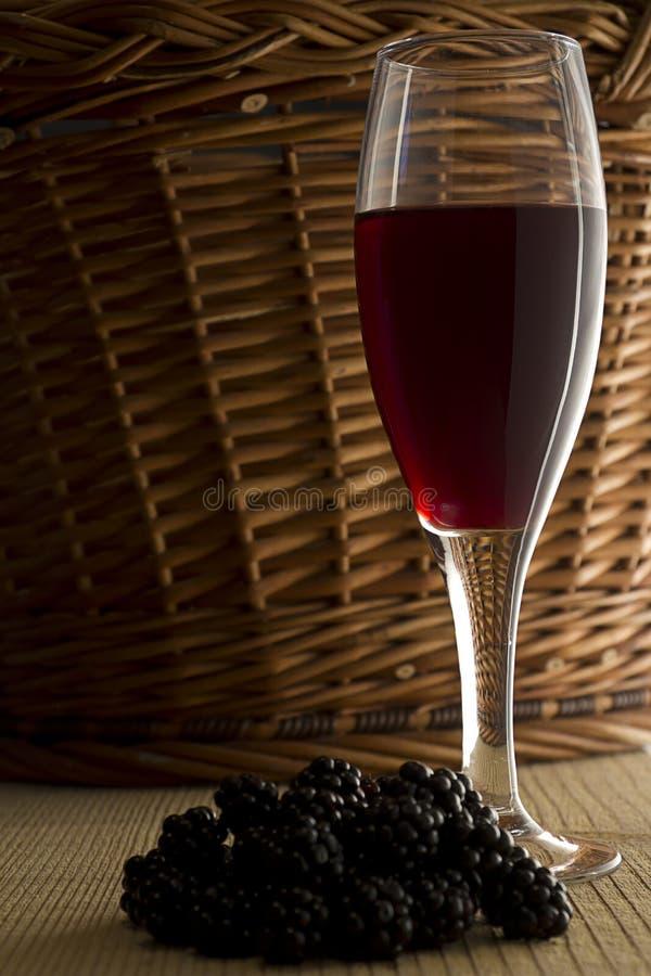 Amoras-pretas com um vidro de vinho imagens de stock royalty free
