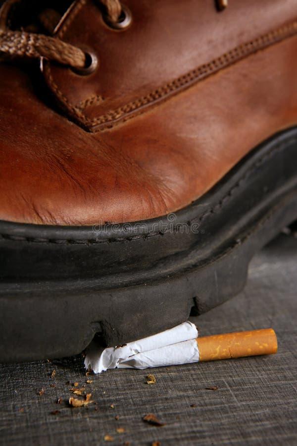 Amorcez marcher le penchant de tabac de cigarette images libres de droits