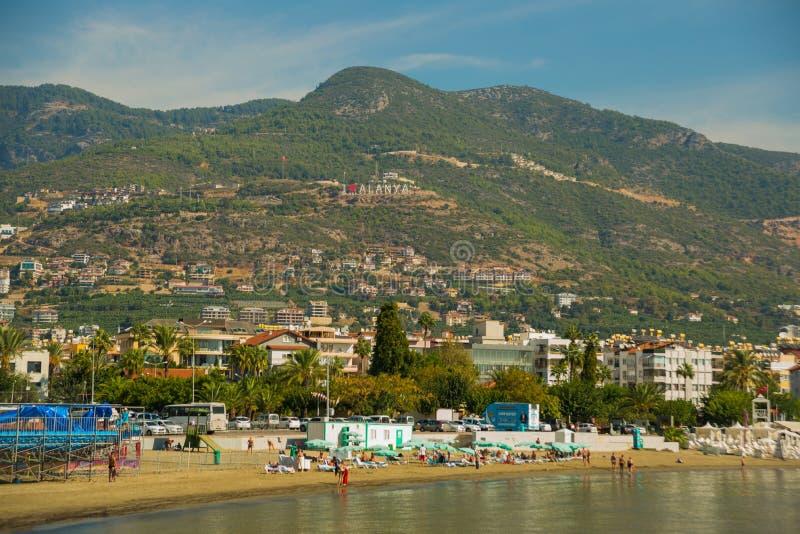 Amore Alanya dell'iscrizione I Paesaggio con le viste della città, delle colline e della spiaggia r immagine stock libera da diritti