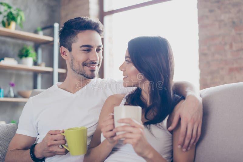 Amore allineare Prima colazione a fine settimana insieme Coppie belle i immagini stock