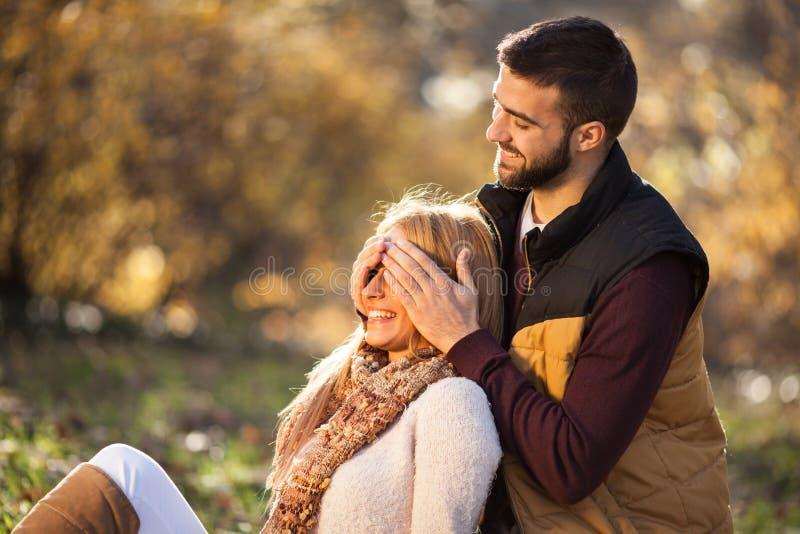 Amore appassionato nel parco di autunno Una giovane coppia fotografia stock