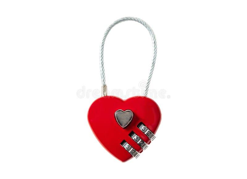 Amore bloccato Lucchetto rosso del cuore tagliato ed isolato su fondo bianco fotografia stock